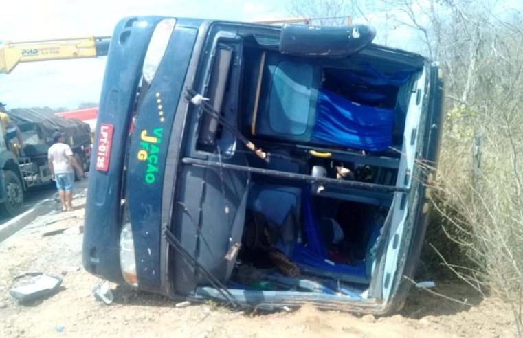 Ônibus a serviço da TransBrasil tomba na BR-135, deixando 4 mortos e vários feridos no Sul do Piauí