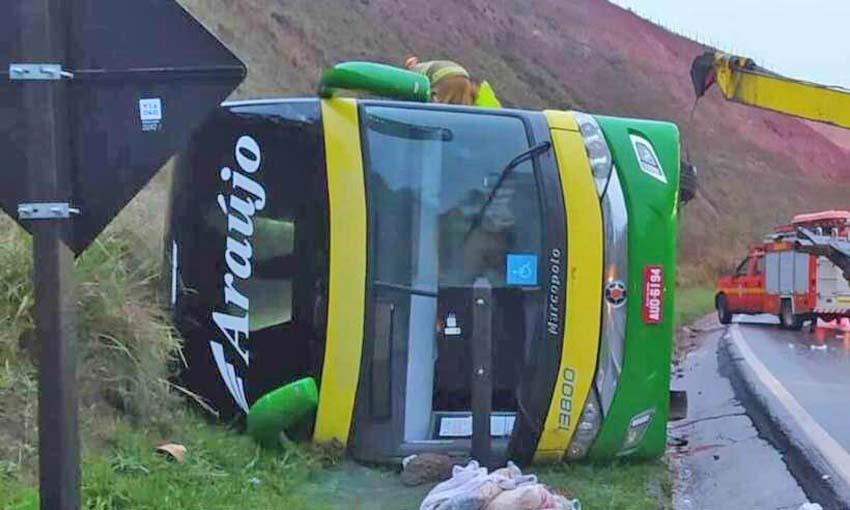 MG: Ônibus da Araújo Turismo tomba na BR-040 em Ewbank da Câmara, mata uma mulher e fere 44 pessoas