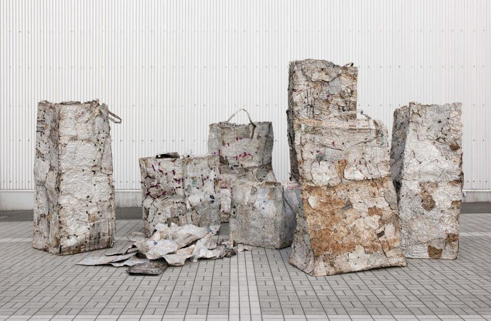 El Anatsui. Bolsas de papel de desecho, 2004-2010. Planchas de impresión de aluminio, alambre de cobre. Foto cortesía: Jack Shainman Gallery