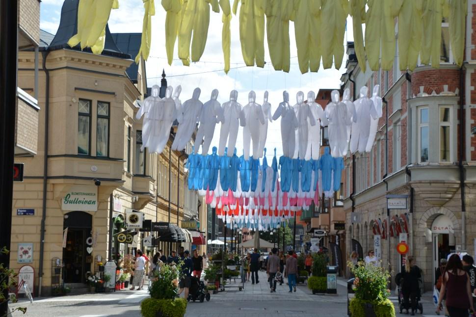 Think different (How to hang workers´ uniforms), above Köpmangatan in Örebro, at Örebro Open Art June-September, 2015. Foto: Bengt Oberger