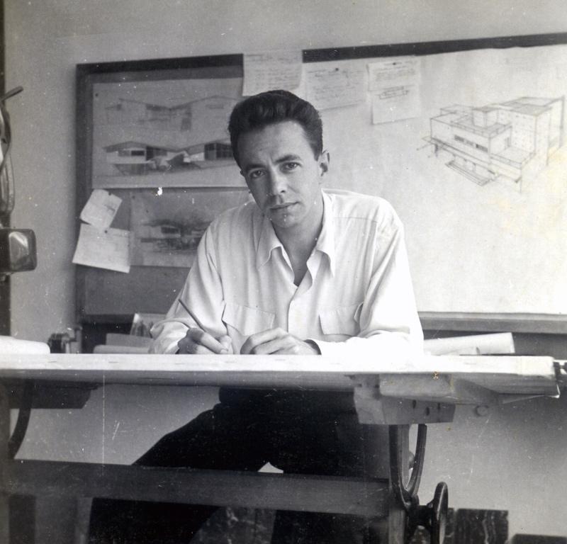 Sanabria trabajando en la oficina que formaron Carbonell&Sanabria desde 1949 hasta 1952. 1952