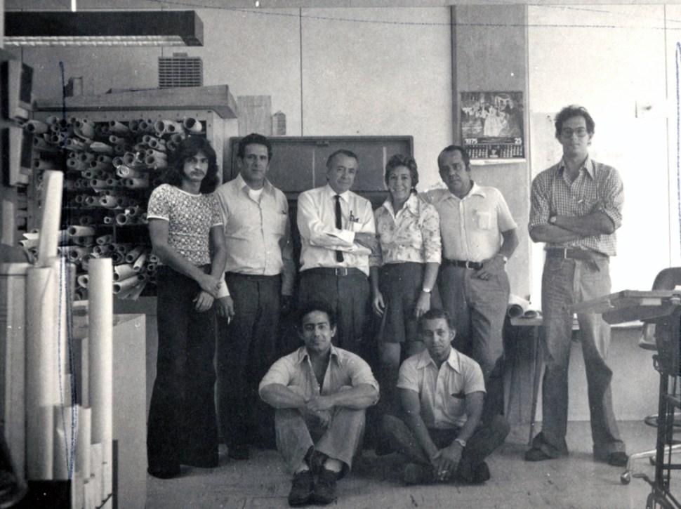 En la oficina Sanabria Arquitectos con parte del pesronal. De izq a derecha arriba, Freddy, Toñeres Díaz, papá, Agurne Badiola, tío Eduardo, GustavoTorres. Abajo Oscar y Hernández. 1975