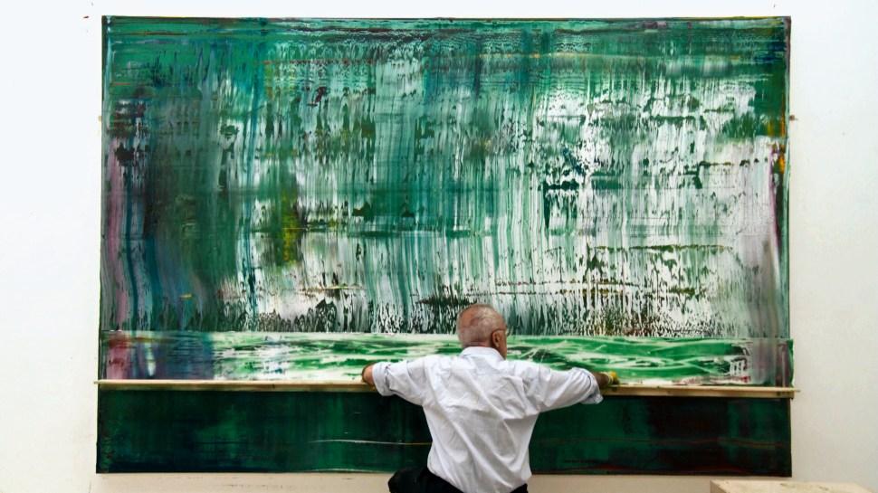 Gerhard Richter trabajando en su obra.