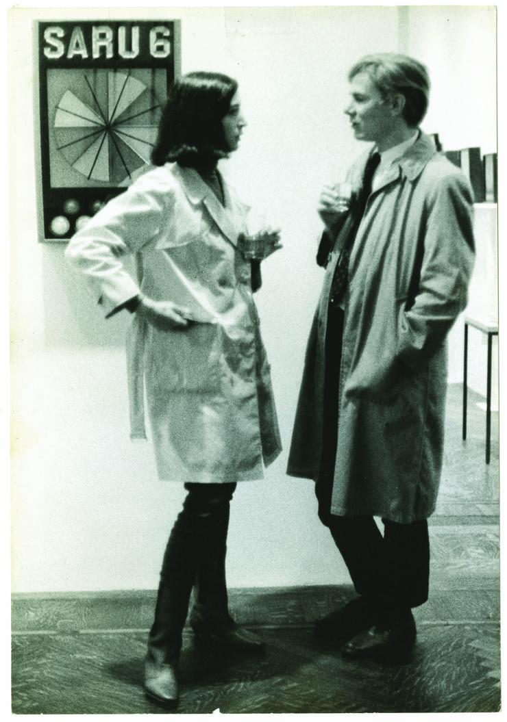 Marisol y Andy Warhol en el opening de John Willenbecher's en la Feigen and Herbert Gallery, New York, 1963.