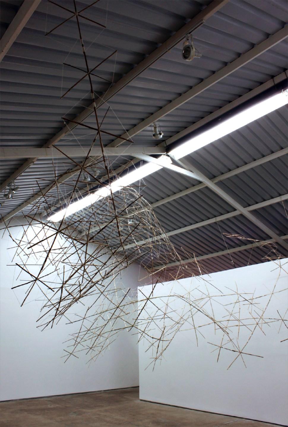 Pepe López. Puño e cruces, 2009 Estructuras de cometas en bamboo entrelazadas. Galería Fernando Zubillaga, Caracas Fotografía: Rodrigo Benavides