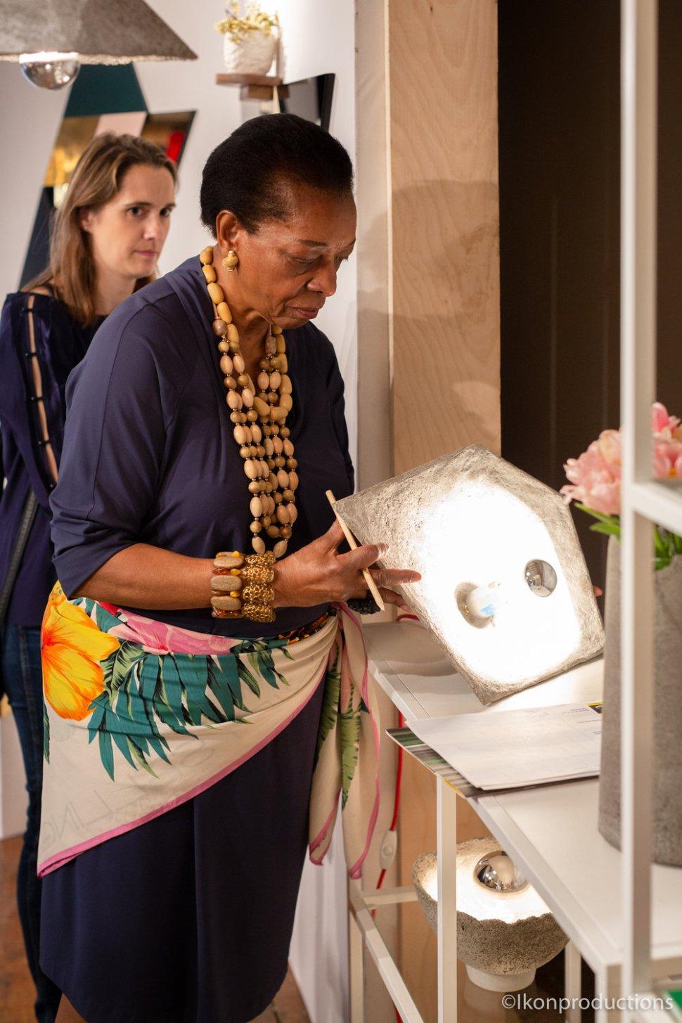 Marva Griffin evaluando una pieza de Laylay design que resultó ganador en el 2018