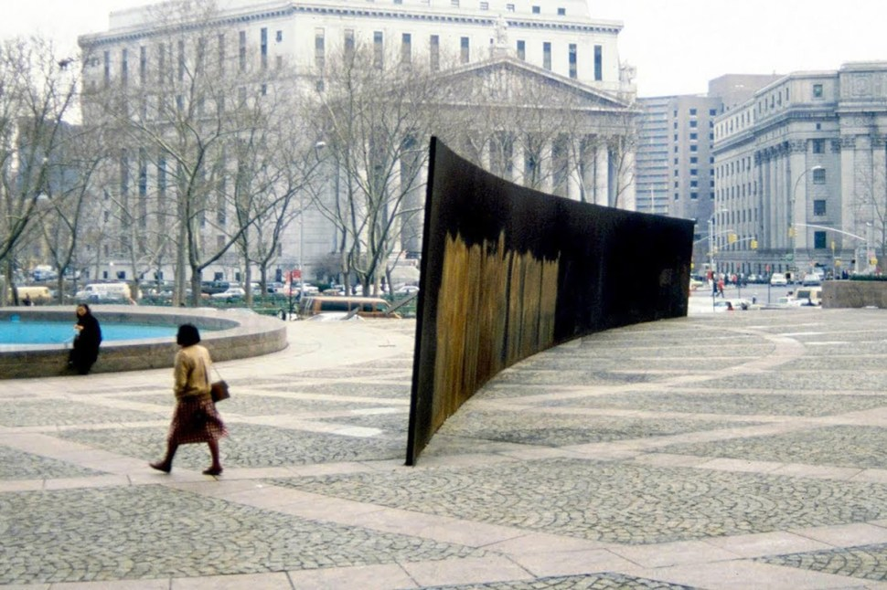 27. Tilted Arc. Arco inclinado. 1981. Plaza Federal. NYC