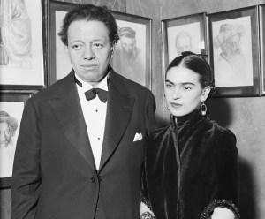 Diego Rivera y Frida Kahlo visitan una galería de arte de retratos judíos por Lionel Reiss en New York.
