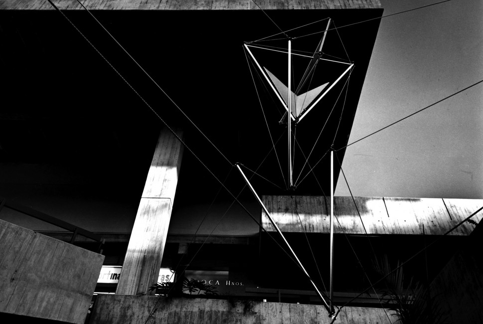 Flechas. 1968. Junto a Gerd Leufert. Centro Comercial Chacaíto. Caracas. Foto Paolo Gasparini