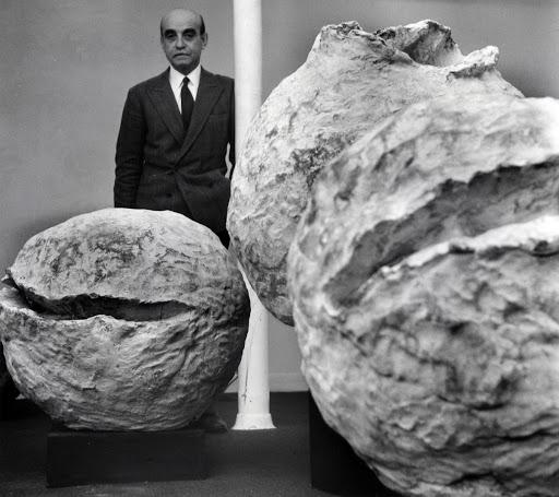 Lucio Fontana en la muestra Naturalezas en París en la Galería Iris Clert novembre 1961. © Fondazione Lucio Fontana