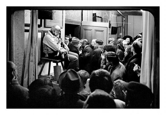 Beuys durante su acción Cómo explicar pinturas a una liebre muerta (Wie man dem toten Hasen die Bilder erklärt), Schelma Gallery, Dusseldorf, 26 November 1965