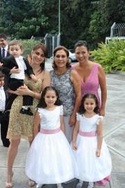 Rosa María de Oraá con sus hijas Katherine de Macario y Valentina de Egui, y sus nietos Alejandro María Valentina y Marcela
