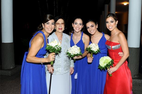 Marián Urrutia de Rosalen con cuatro de sus nietas: Paula, Alejandra, Gabriela y Adriana Carolina