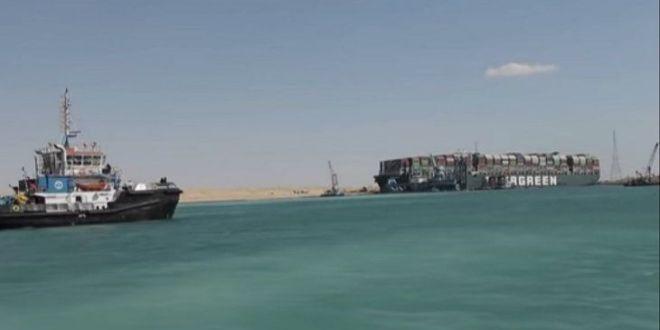 Liberan buque Ever Given encallado en el Canal de Suez.