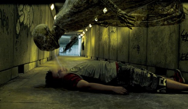 O primo Muggle de Harry, Dudley, é atacado por um dementor. Embora na descrição literária os Dementors surjam como seres encapuçados, nos filmes, estas criaturas sofreram uma mudança visual considerável, com o fim de os tornar mais cadavéricos e menos espectrais.
