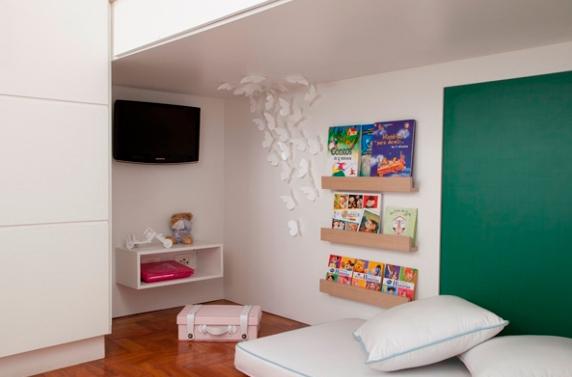 A capa dos livros infantis ajudam a dar um toque colorido ao quarto (Foto: J.Vilhora)