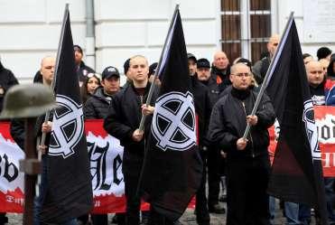 """Grupos neonazistas participam do """"Dia da Honra"""" em Budapeste, Hungria, em 10 de fevereiro de 2018, enquanto eles comemoram a tentativa de fuga das tropas da Schutzstaffel (SS) de Budapeste cercada pelos soviéticos durante a Segunda Guerra Mundial. Crédito: ABC News."""