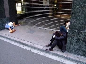 Japoneses após longas horas de trabalho adquiriram o hábito de dormir em qualquer lugar... Crédito: A Geek in Japan.
