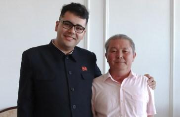 Lucas Rubio, presidente do Centro de Estudos da Política Songun - Brasil (E), Myong Chol (D). Crédito: Mariana S. Brites/Revista Intertelas.