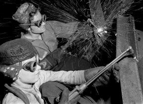 Soldadoras em uma siderúrgica, substituindo os homens chamados para o dever durante a Segunda Guerra Mundial. Crédito: Times.