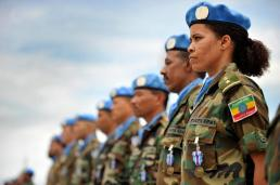 Uma mulher do batalhão etíope da Missão das Nações Unidas na Libéria (UNMIL) se junta aos observadores militares em um desfile para receber as medalhas em reconhecimento por sua contribuição à missão. 30 / ago / 2008. Crédito: this is africa/ UN Photo/Christopher Herwig. www.unmultimedia.org/photo/