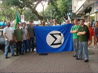 Alguns dos Integralistas que participaram da bem sucedida Panfletagem na Praça Saens Peña (Tijuca, Rio de Janeiro - RJ), em Agosto de 2009. Crédito: Integralismo.