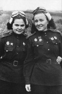 Nadezhda Popova e a Iekaterina Ryabova (Esq.) e a Nadezhda Popova (Dir.). Crédito: domínio púbico/ Pintrest Obit of the Day.