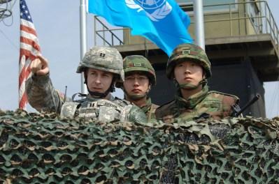 Um oficial do Exército dos EUA conversa com soldados sul-coreanos no Observation Post (OP) Ouellette, observando o norte, em abril de 2008. Crédito: nuttyhistory.com