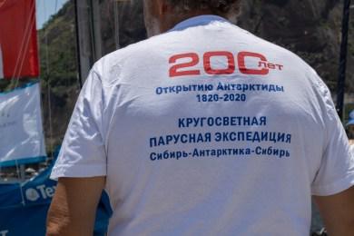 """Está escrito em russo: """"200 anos de descobrimento da Antártica 1820-2010 Expedição da Volta ao Mundo Sibéria-Antártica-Sibéria"""".Crédito: Mariana S. Brites/Revista Intertelas."""