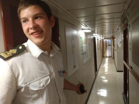 O tripulante Maxim conduziu a visita dos jornalistas ao veleiro Kruzenshtern. Crédito: Alessandra S. Brites/Revista Intertelas.