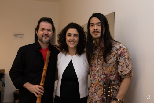 Da esquerda para direita os músicos: Shen Ribeiro, Gabi Buarque e Tatsuro Murakami. Crédito: Mariana Scangarelli Brites / Revista Intertelas.