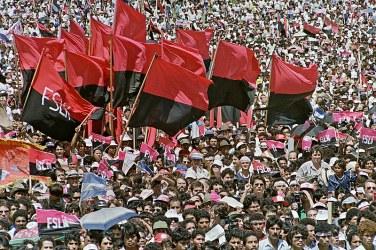 Dezenas de milhares de nicaraguenses reúnem-se na praça Carlos Fonseca, em Manágua, em 19 de julho de 1989, para comemorar o décimo aniversário da Revolução Sandinista. Crédito: MANOOCHER DEGATHI / AFP/Brasil de Fato.