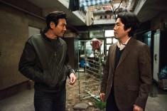 Oh Dal Su (D) vive o chefe da equipe policial de Seo (E). Crédito: IMDb.