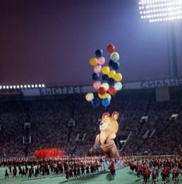Micha inflável voa estádio afora durante cerimônia de encerramento dos Jogos em Moscou. Crédito: Semion Maisterman e Nikolai Naumenkov/TASS.