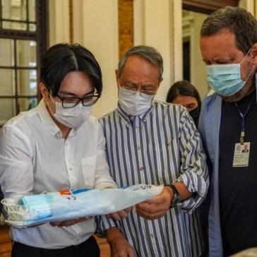 Wagner Victer recebe na assembleia do Rio a doação da comunidade chinesa no Rio de 20 mil máscaras para os funcionários da casa. Crédito: Jornal Extra.
