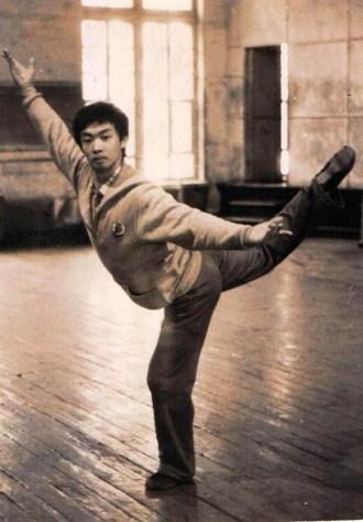 Nesta foto, Jin, ainda homem, era um dançarino profissional em Nova York no início dos anos 90. Crédito: hollywoodreporter.com