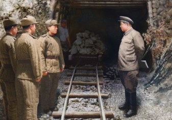 Presidente Kim Il Sung visita um dos túneis em construção na linha de frente da guerra. Crédito: CEPS-Brasil.