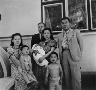 Sugihara e família no consulado de Kaunas. Crédito: Nobuki Sugihara.