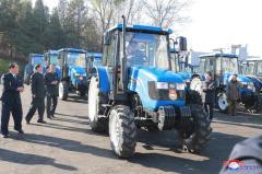 A produção de novos tipos de tratores e máquinas agrícolas pela própria indústria nacional da RPDC também tem sido uma tarefa perseguida pelo Estado. Na imagem, Kim Jong Un dirige um trator recém-fabricado. Crédito: KCNA.