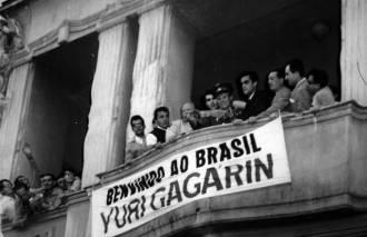 Gagarin no Brasil em seu tour pelas Américas, em 1961, três meses após a sua viagem espacial. Crédito: Folha-Uol.