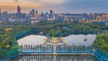 Lago do leste, localizado ao sul do Rio Yang-Ze, distrito de Wuchang, Wuhan. Fotografia retirada em 2020. Crédito: : https://news.cgtn.com/news/