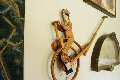 """""""Entre las piezas, muchas remiten a lo lúdico. Como este ciclista comprado en un mercado de pulgas de Cadaqués"""""""
