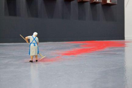 Forced Labor (Red Sand) II, 2014 Liliana Porter Arena roja y figura en plástico