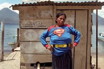 Super Chica en Atilan, 2003. Walterio Iraheta Cortesía de Despacio y del artista