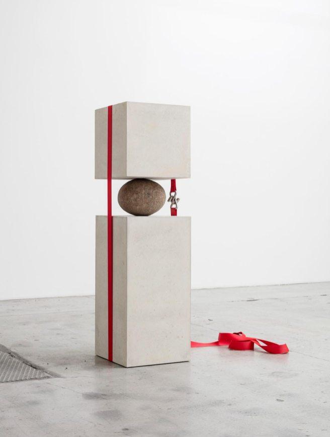 Joint Effort, 2015. Bloque de concreto, piedra natural, correa. 141 x 40 x 45 cm © Cortesía del artista y de la galería Nicolai Wallner, Copenague. Foto: Anders Sune Berg