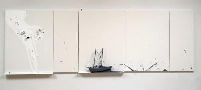 Liliana Porter. Untitled at Sea III, 2016 Pintura acrílica y ensamblaje sobre tela. Cortesía de Enrique de Olaso