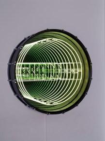 Bang, 2017. Tambor, neón, ampolletas LED, panel contrachapado, metal, espejo, espejo sin azogue y electricidad. 42 x 125 cm. Foto : B.Huet-Tutti