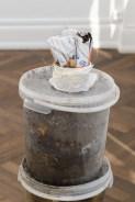 Jarbas Lopes, Small Land of France, 2017. Compost fabricado durante el montage de la exposición. Cortesía A Gentil Carioca & Luisa Strina. Foto Aurélien Mole