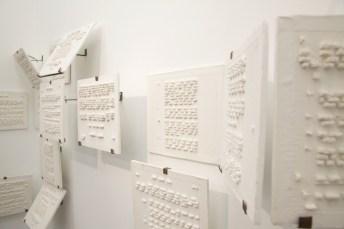 """De las ruinas y letras-friso, 2017 (detalle). Módulos de yeso con estructuras metálicas Cada módulo: 7.87 x 7.87 x .78"""" (20.5 x 20.5 x 2cm)"""