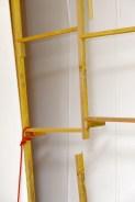 Detalle. Détail «Grande salle/ Grand hall», bâches de protection, planches de bois, barre de métal, pot de peinture, toile blanche, pieds de table, colles et scotch provenant des réserves de la Villa, «Tropfgespenst» de Franz Eggenschwiller, 1977-1978, fer, plastique et peinture, collection FCAC Genève, peinture murale, 28 peintures-collages, support de table, mur détruit, orchidée, peinture blanche, 3 toiles blanches françaises, vinyle, dimensions variables, 2017
